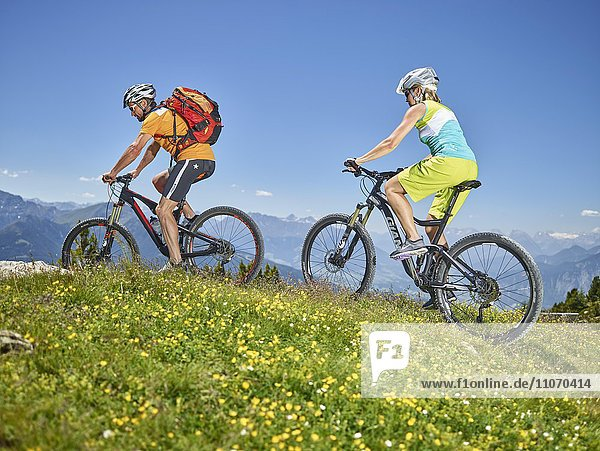 Mann 40-45 und Frau 35-40 Jahre radeln mit ihrem Mountainbike mit Helm  Zirbenweg  Patscherkofel  Innsbruck  Tirol  Österreich  Europa