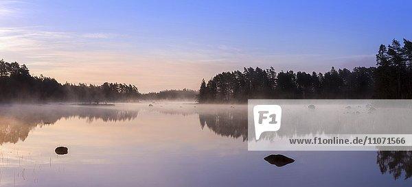 See Mäen in der Dämmerung  Gashult  Småland  Schweden  Europa