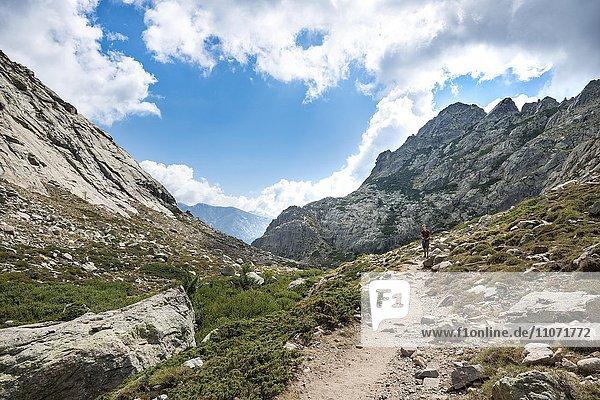 Junger Mann wandert auf Wanderweg durch das Golo-Tal  Regionaler Naturpark Korsika  Parc naturel régional de Corse  Korsika  Frankreich  Europa