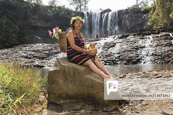 Phnong Fau posiert für Touristen am Bousra Wasserfall  Bunong  Bou Sra bei Senmonorom  Sen Monorom  Provinz Mondulkiri  Kambodscha  Asien