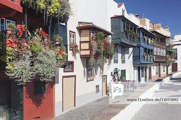 Los Balcones  blumengeschmückte Balkonhäuser an der Avenida Maritima  Santa Cruz de la Palma  La Palma  Kanarische Inseln  Spanien  Europa