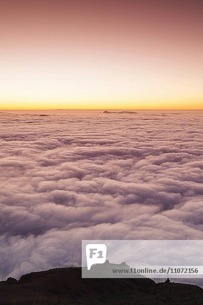 Passatwolken bei Sonnenuntergang  geschlossene Wolkendecke über Nationalpark Teide  Teneriffa  Kanarische Inseln  Spanien  Europa