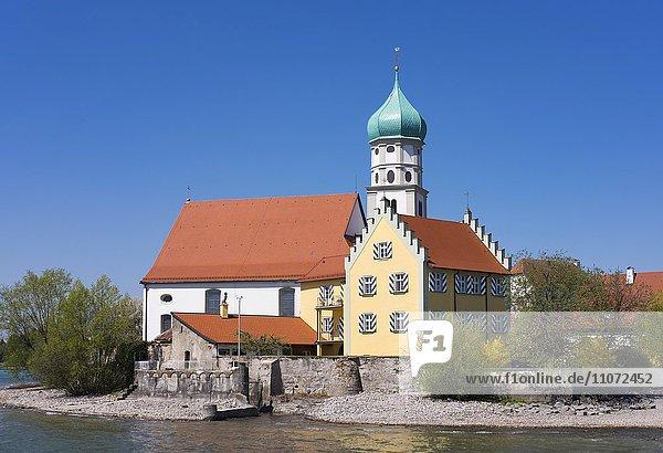 Schloss und Kirche Sankt Georg auf Halbinsel in Wasserburg am Bodensee  Allgäu  Schwaben  Bayern  Deutschland  Europa