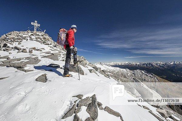 Bergsteiger auf dem Gipfelgrat beim Aufstieg zum Hohen Weißzint  Zillertaler Alpen  Lappach  Mühlwaldertal  Tauferer Ahrntal  Pustertal  Südtirol  Trentino-Südtirol  Italien  Europa