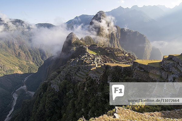 Machu Picchu bei Morgenlicht mit Touristen  hinten Berg Huayna Picchu  Region Cusco  Peru  Südamerika