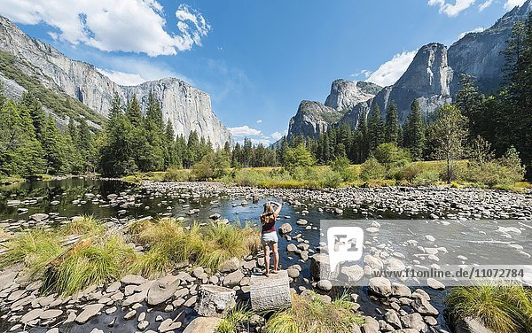 Touristin fotografiert  Valley view mit Blick zum El Capitan mit Fluss Merced river  Yosemite-Nationalpark  Kalifornien  USA  Nordamerika