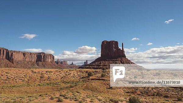 Scenic Drive  Monument Valley  blauer Himmel mit Wolken Navajo Tribal Park  Navajo Nation Reservation  Arizona  Utah  USA  Nordamerika