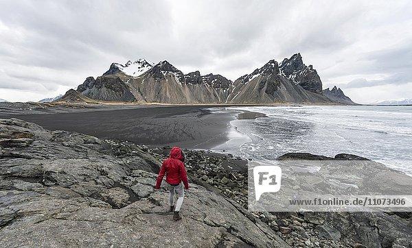 Wanderin  Berge Klifatindur  Eystrahorn und Kambhorn  Landzunge Stokksnes  Bergmassiv Klifatindur  Austurland  Ostisland  Island  Europa