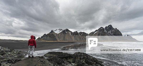 Wanderin blickt auf Berge Klifatindur  Eystrahorn und Kambhorn  Landzunge Stokksnes  Bergmassiv Klifatindur  Austurland  Ostisland  Island  Europa