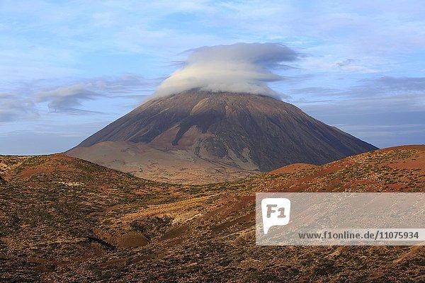 Vulkan Teide mit Wolke  Teide Nationalpark  Kanarische Inseln  Teneriffa  Spanien  Europa