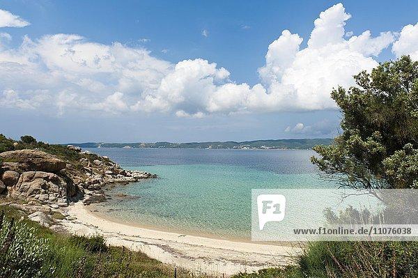 Einsame Bucht mit Sandstrand  Insel Amouliani oder Ammouliani  Stagira-Akanthos  Chalkidiki  Griechenland  Europa