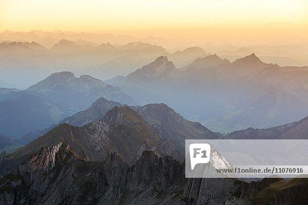 Abendstimmung mit blauer Stunde auf dem Säntis mit Ausblick in die Ostschweizer Alpen  Alpenmassiv  St. Gallen  Schweiz  Europa