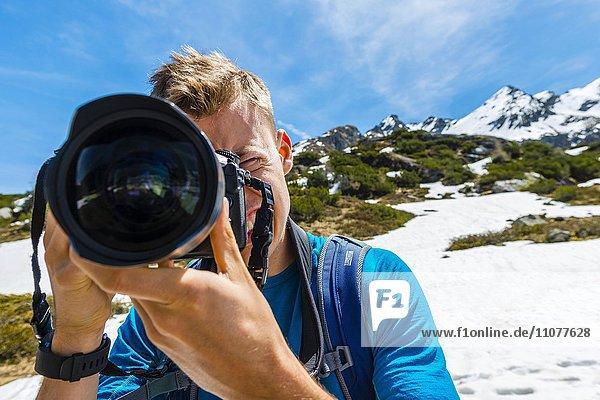Junger Mann fotografiert  Fotograf  Rohrmoos-Untertal  Schladminger Tauern  Schladming  Steiermark  Österreich  Europa