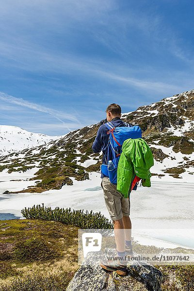 Junger Mann  Wanderer beim Fotografieren  Rohrmoos-Untertal  Schladminger Tauern  Schladming  Steiermark  Österreich  Europa