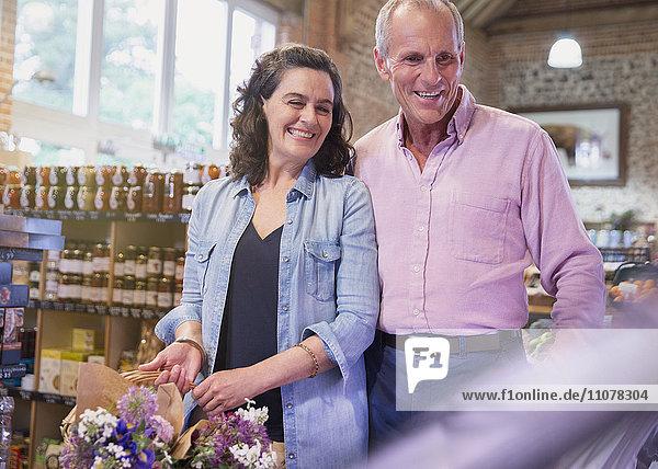 Lächelndes Paar beim Einkaufen auf dem Markt