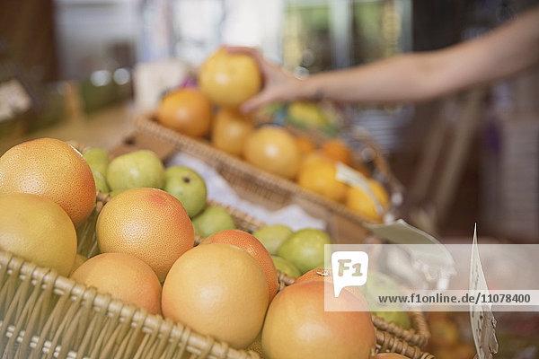 Frische Orangen im Korb auf dem Markt verschließen Frische Orangen im Korb auf dem Markt verschließen
