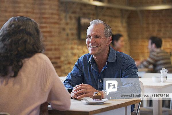 Lächelndes Pärchen im Café