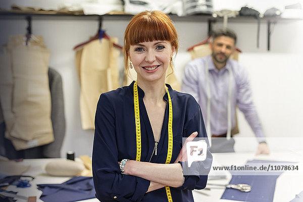 Portrait selbstbewusste Schneiderin in der Herrenwerkstatt
