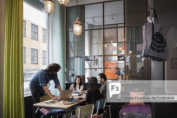Kreatives Business-Team diskutiert Ideen im Meeting im modernen Büro