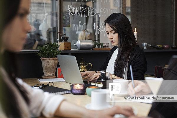 Blogger arbeiten am Tisch im modernen Büro