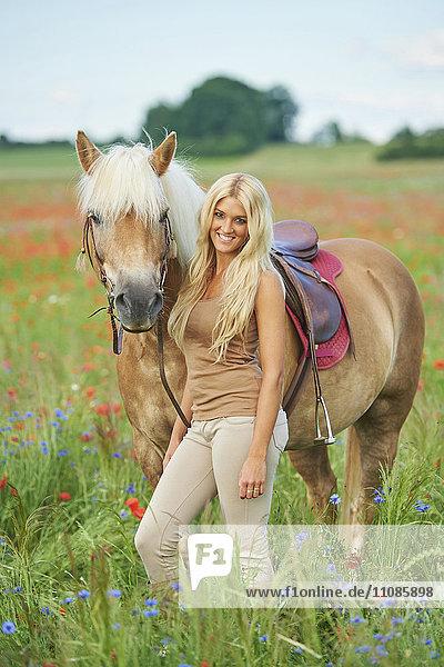 Junge Frau mit Pferd  Bayern  Deutschland  Europa