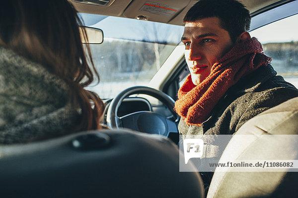 Junge Frau starrt die Frau im Auto an.