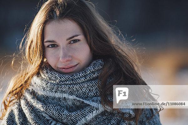 Nahporträt einer jungen schönen Frau im Freien