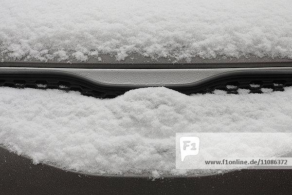 Hochwinkelansicht des mit Schnee bedeckten Autos