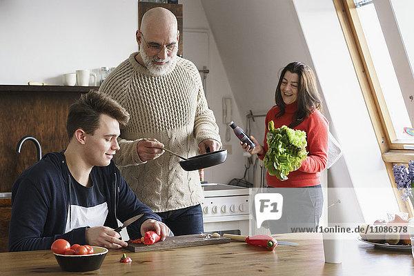 Fröhliche Familie beim gemeinsamen Kochen zu Hause