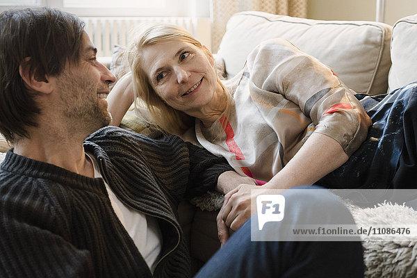 Ein glückliches reifes Paar  das sich zu Hause ansieht.