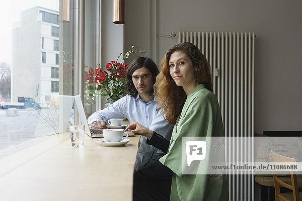 Porträt von Freunden beim Kaffee im Café