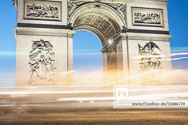 Beleuchtete Lichtspuren gegen Arc de Triomphe Beleuchtete Lichtspuren gegen Arc de Triomphe