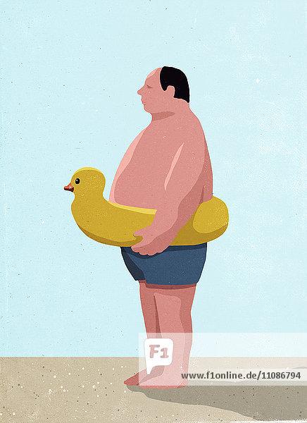 Seitenansicht des Mannes mit aufblasbarem Entenring am Strand