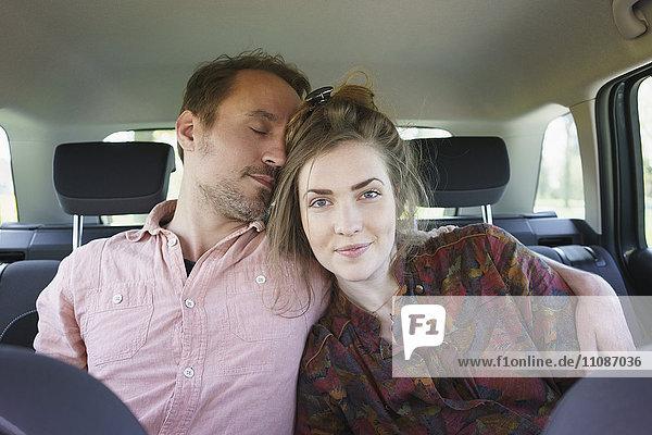 Liebespaar entspannt im Auto