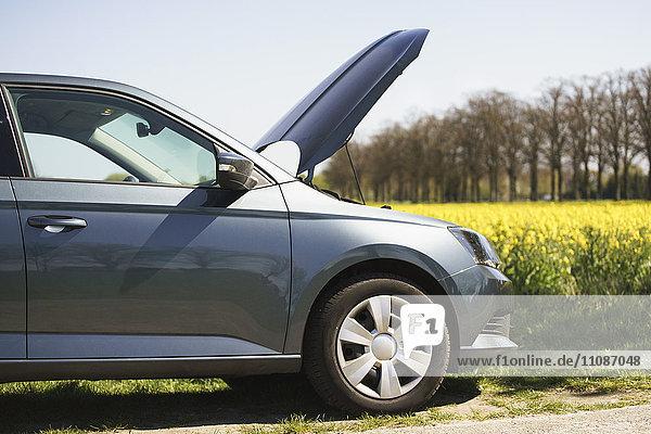 Abgeschnittenes Bild eines kaputten Autos am Straßenrand