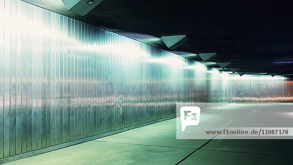 Innenraum des beleuchteten Tunnels