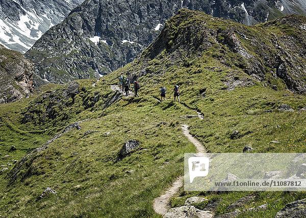 Schweiz  Maountaineers Wandern bei der Chanrion Hütte