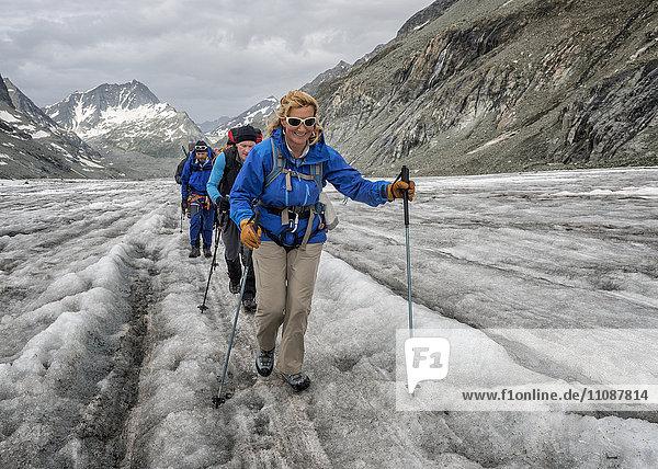Schweiz  Penninische Alpen  Bergsteiger am Otemmagletscher