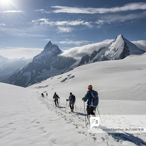Schweiz  Bergsteiger auf dem Weg nach Matterhorn und Dent d'Herens