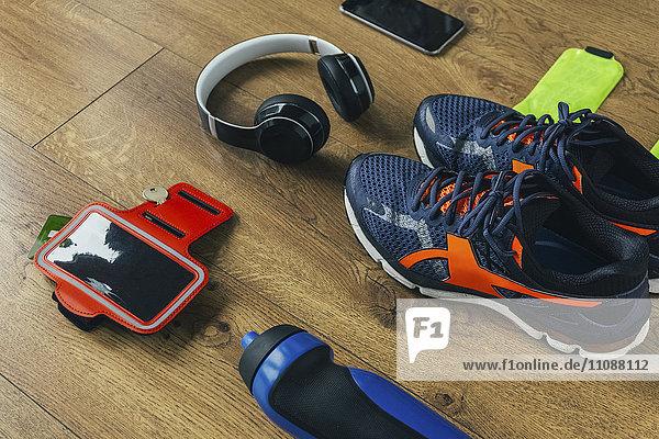 Laufschuhe  Kopfhörer  Trinkflasche  Smartphone
