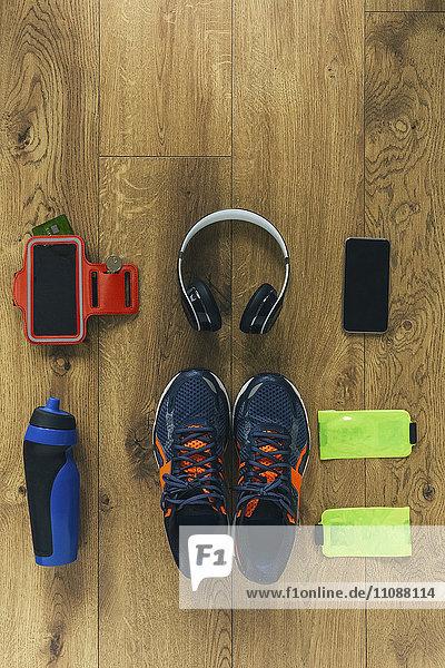 Laufschuhe  Kopfhörer  Trinkflasche  Smartphone und Taschen