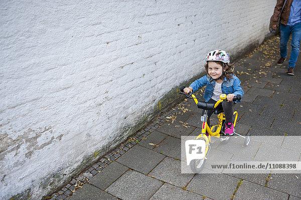 Tochterfahrrad mit Stützrädern