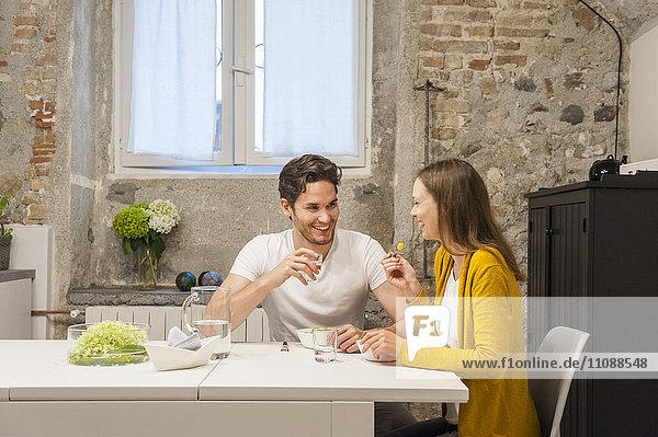 Paar in der Küche essen Obstsalat