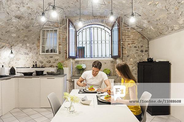 Paar in der Küche essen Pasta