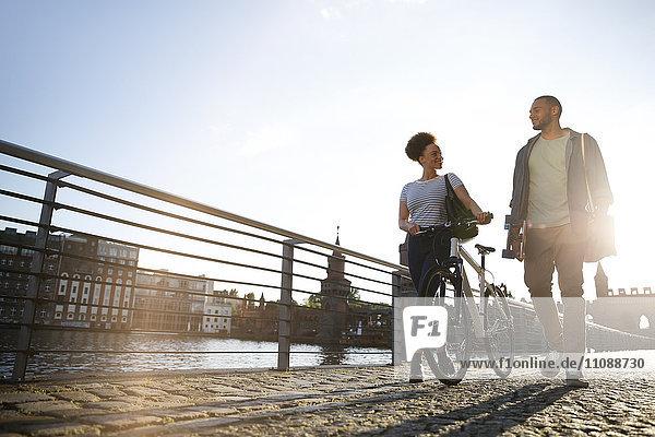 Paar Wandern am Fluss  Fahrrad schieben