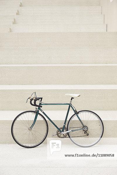 Rennrad vor der Treppe stehend Rennrad vor der Treppe stehend