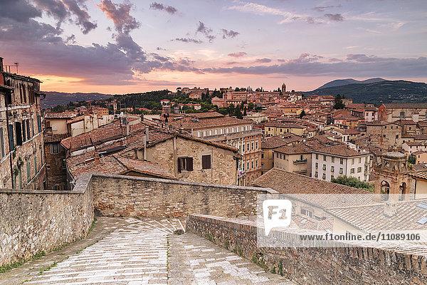 Italien  Umbrien  Perugia  Stadtbild bei Sonnenuntergang