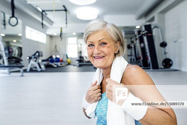 Porträt einer lächelnden reifen Frau im Fitnessstudio