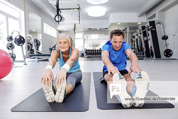 Senior-Mann und reife Frau beim Training im Fitnessstudio