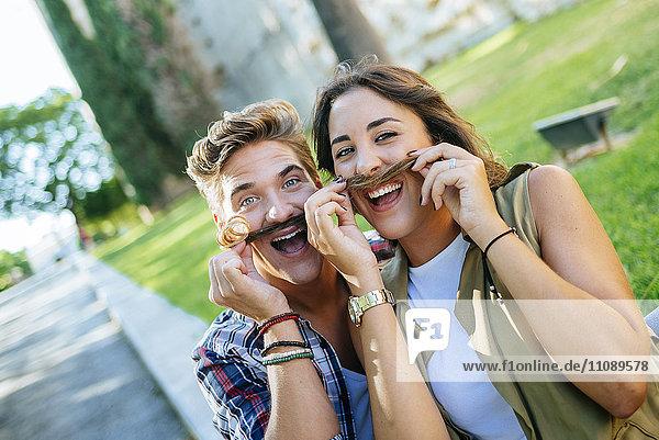 Junges Paar zieht lustige Gesichter